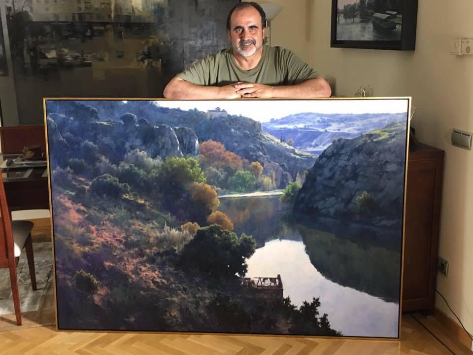 Fermín García Sevilla junto a una de sus obras